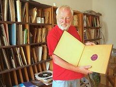 Ústecký archivář Vladimír Kaiser ukazuje sbírku desek.