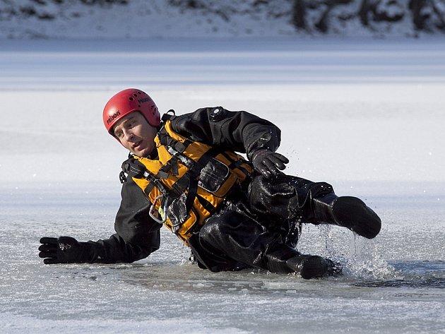 Měření síly ledu na oprámu ve Varvažově.