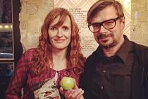 """SPISOVATELCE DOŘE ČECHOVÉ pokřtil její druhou povídkovou knížku """"Padaná letní jablka"""" její úspěšný kolega Jaroslav Rudiš."""