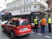 Autobus srazil na Mírovém náměstí mladíka.