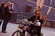 Ještě včera velikonoční zajíc běhal po strništi bos, dnes jezdí na motorce.