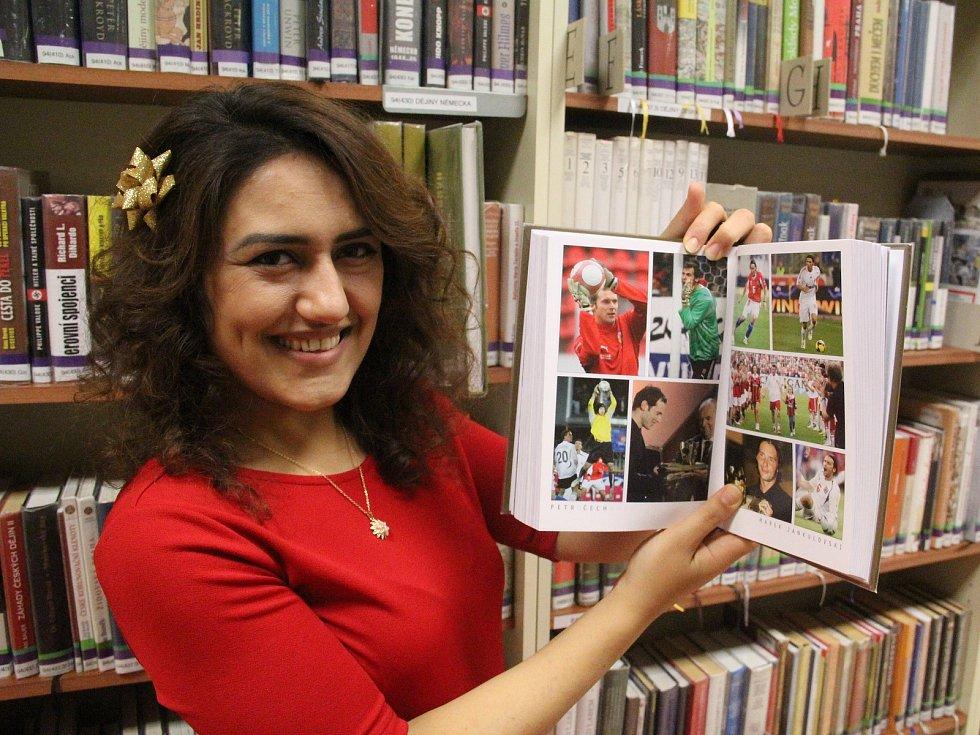 Dobrovolnice z Jerevanu Tatevik Tamazyan v Severočeské knihovně.