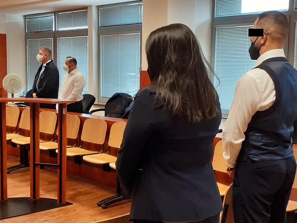Petr Hricko podvedl desítky lidí, dostal podmínku. Rozsudek si s ním vyslechli jeho advokáti i rodina.