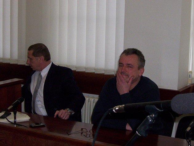 Luboš Beneš, bývalý vedoucí vymáhacího oddělení Finančního úřadu v Ústí, stojí před ústeckým okresním soudem.