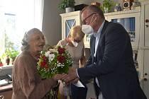 Oslavenkyně Jarmila Riegrová ze Střekova přijíma gratulace od primátora Ústí nad Labem Petra Nedvědického.