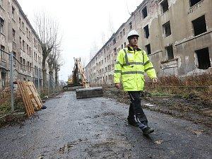 V ulici Na Nivách začalo bourání zdevastovaných domů