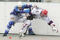 Ústečtí hokejbalisté (modří) postoupili přes Jihlavu do semifinále extraligové soutěže.