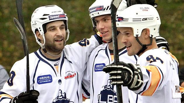 Hokejbalisté Elby DDM Ústí (bílí) doma zničili Rakovník osmi góly.