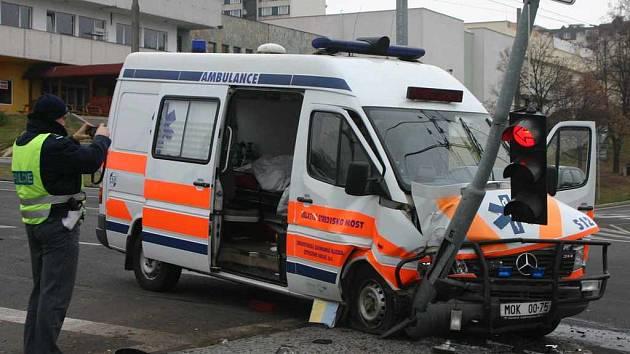 Nehoda sanitky a mazdy na Severní Terase