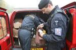 Celníci nacházeli padělky zboží a nekolkovaných cigaret v různých skrýších. Cigarety byly například v úkrytu v radiátorech, léky byly schované v opuštěném vozidle.