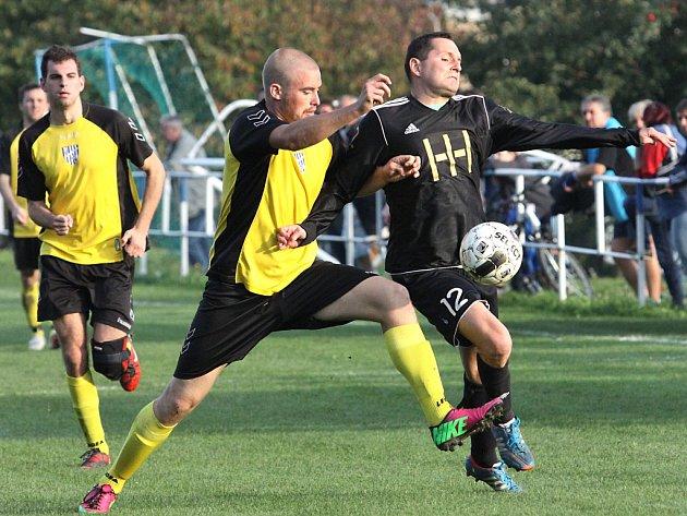 Fotbalisté Přestanova (vpravo Gasiorowski) se v podzimní části sezony trápili. Na jaře se ale tým herně zvedl, zvítězil pětkrát v řadě a nakonec skončil na pěkném šestém místě.