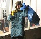 """Ve """"vypůjčeném"""" oblečení z ústeckého Červeného kříže jsem se na jeden den proměnil v bezdomovce. S igelitovým pytlem na zádech jsem procházel ulicemi Chomutova a Ústí nad Labem."""