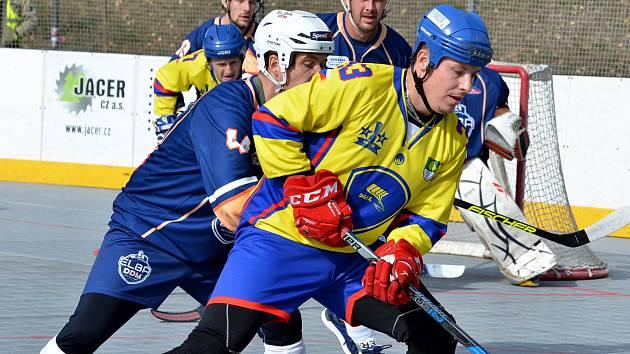 Hokejbalisté ústecké Elby (v tmavém) podlehli v rámci 7. kola Crossdock extraligy Kert Parku Praha 3:6. Foto: Miroslav Vlach