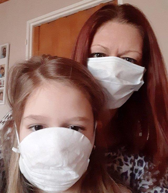 Za roušky se nestydí Jitka Poláková a Charlottka Vítková
