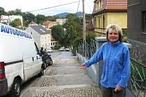Jana Vaňáčová ukazuje na část schodů, která se opravy nedočkala. Podivuje se nad tím, proč se nedostalo na chodník zrovna před jejím domem.