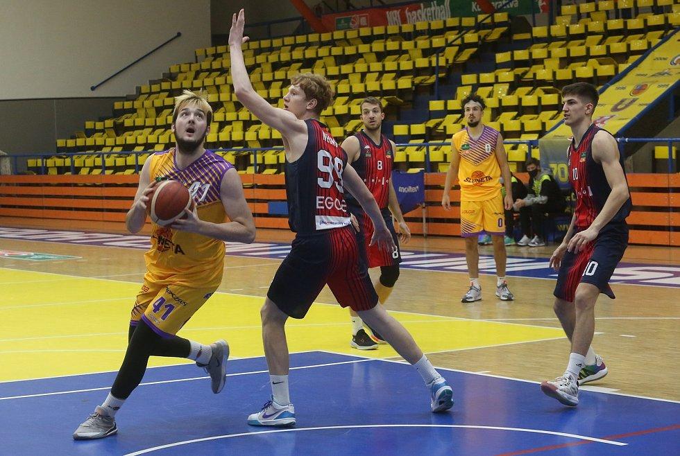 Jan Karlovský v nájezdu do brněnského koše. Sluneta Ústí - Brno, KNBL 2020/2021