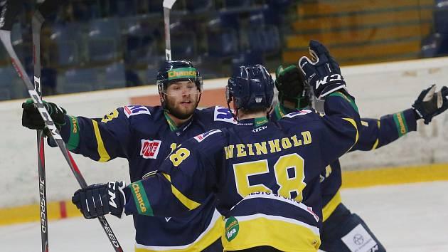 Hokejisté Ústí se radují z gólu proti Vsetínu