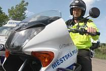 Na kruhovém objezdu přehlédla služební motocykl strážníků mladá řidička osobního automobilu. Vymlouvala se, že neviděla