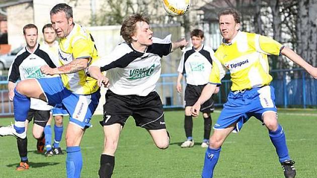Fotbalisté Přestanova (žluté dresy) urvali cenný bod na hřišti Mojžíře za remízu 2:2.