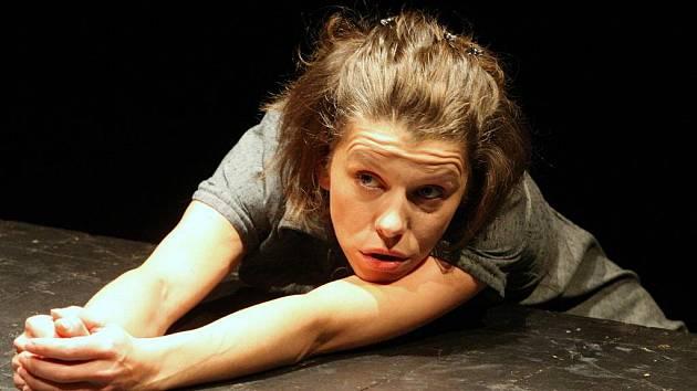 Nataša Gáčová v monodramatu na motivy knihy Dagmar Šimkové, která prožila 15 let v komunistických věznicích a lágrech.