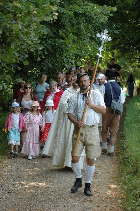 III. znovuobnovené Magdalenské procesí v Zubrnicích zpestřila lidová hra o napravené hříšnici i zpěv z úst asi čtyřicítky poutníků.