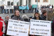 Demonstrace proti prolomení limitů před krajským úřadem v Ústí nad Labem.