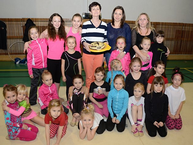 Kateřina Savková, mladá gymnastka zÚstí, se chlubí zaslouženou medailí.
