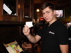 Číšník Ondřej Slaboň ukazuje jednu z desítek účtenek, které ve čtvrtek restaurace U Lípy vydala.