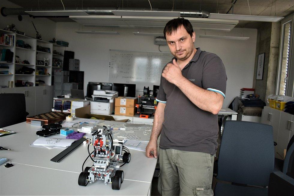 Organizátor kempu Jan Krejčí z katedry informatiky UJEP ukazuje chytré mašinky.