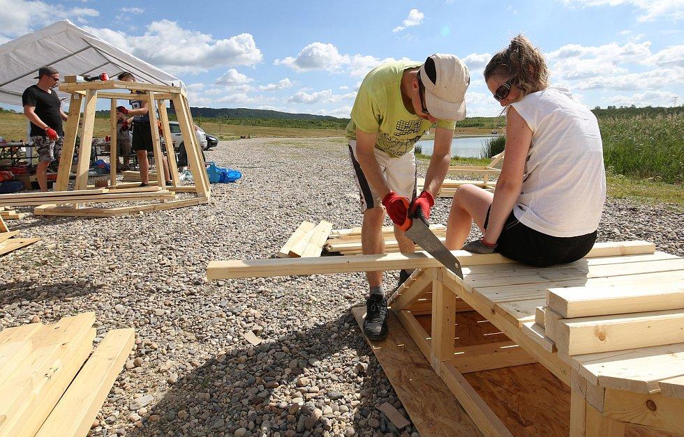 Studenti ČVUT vyrábějí u Jezera Milada dřevěné doplňky. Například stínidlo ve tvaru kruhu, lehátka a hrací prvky.