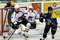 Ústečtí hokejisté (modří) doma prohráli s Chomutovem 2:3 po nájezdech.