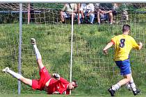 Fotbalisté Trmic (ve žlutomodrém) hostili Přestanov.