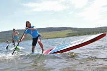 Na hlavní pláži se uskutečnily závody v paddleboardingu.