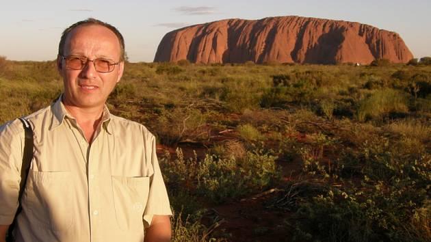 Pavel Starý z Úštěku před Uluru uprostřed pouště centrální Austrálie. Uluru neboli také Ayers Rock je největší monolit na světě, zároveň posvátnou horou původních obyvatel Aboriginců.