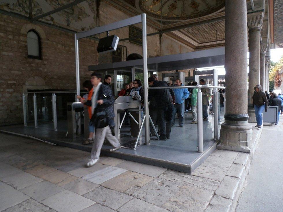 Bezpečnostní opatření při vstupu do paláce Topkapi.