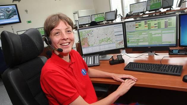 Dispečeři mají v novém sídle k dispozici několik monitorů, telefon a vysílačku. Na mapě sledují pozici sanitek, volajících i nemocných, na jiné obrazovce pak vidí, které vozy jsou k dispozici.
