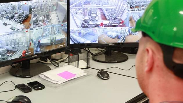 Operátor stáčíren Jan Hejra celý proces na KEG lince kontroluje prostřednictvím kamer. Není tak po čas směny vystaven hluku.