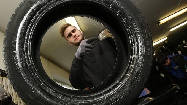 Několik dní před začátkem listopadu, kdy řidiči v případě sněžení musí mít zimní pneumatiky, jedou pneuservisy na plné obrátky.