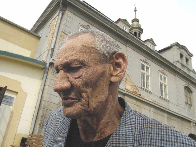 Vilém Schmidt před budovou velkobřezenského Domova důchodců