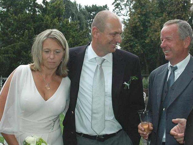 Bývalý ministr zemědělství Petr Gandalovič se tajně oženil na zámku ve Velkém Březně. Za svědka mu šel ředitel Masarykovy nemocnice Jiří Madar s manželkou Kamilou.