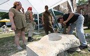 Několik amatérských sochařů se schází v Řehlovicích na tradičním sochařském sympoziu.