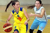 Basketbalistky Slunety (žluté dresy) doma přejely Varnsdorf 99:43.