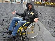 Místostarosta centrálního obvodu Karel Karika strávil den na vozíku. Do trolejbusu se nedostal, když spadl, na pomoc na zemi čekal osm minut.