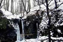 Budovské vodopády i v zimě dokáží učarovat.