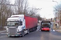 Stříbrnickou ulici zatarasil uvízlý kamion.
