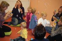 Světově proslulá Britka Helen Doron přijela do Čech, aby zde ukázala svoji metodu opakovaného poslechu určenou pro miminka.