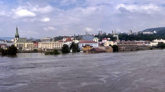 16. SRPNA 2002. Takto vypadalo Ústí pod Labem přesně před deseti lety. Labe kulminovalo čtyři centimetry pod dvanáctimetrovou ryskou! Spoušť se ukázala až po odpadnutí vody.
