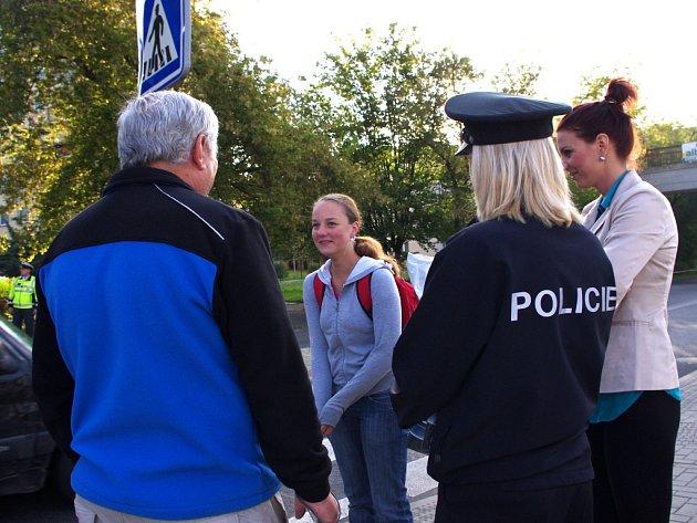 Policejní preventistka zastavuje především školáky a upozorňuje je, že chodci mají při přecházení silnice také své povinnosti.