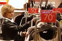 Do obchodního centra Forum povánoční výprodeje přilákaly stovky lidí.