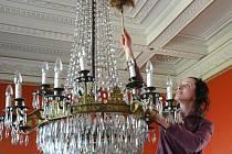 Na velkobřezenském zámku památkáři finišují s úklidem před zahájením sezony. I křišťálový lustr se musí v hlavním sále doslova blýskat.